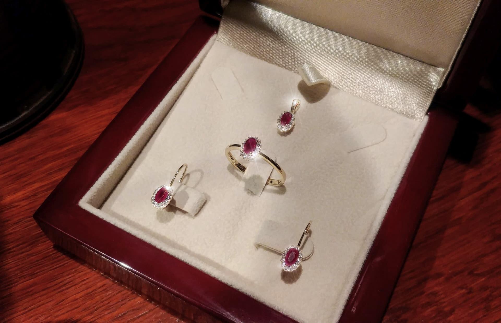 8374c7141 Vánoční akce - rubínová souprava s diamanty Briline 1086r | Zásnubní ...